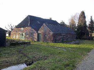 Oude boerderij+mestvaalt. Van Dijk IJzerbroek jan04.jpg